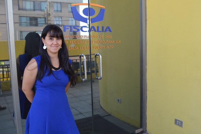 Una mujer con vestido azul, frente a la puerta de la Fiscalía local de Puente Alto.