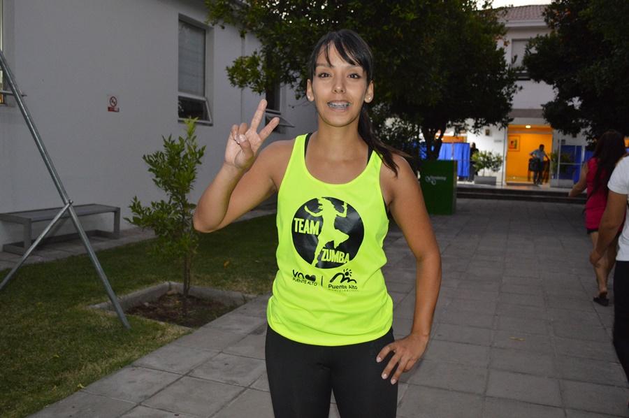 Egresada de Preparador Físico Quinny Bustos en el patio de la Municipalidad de Puente Alto.
